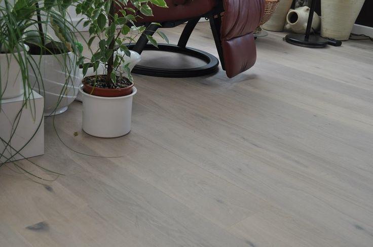Een gerookt met witolie behandelde eiken vloer geeft een grijzige en warme uitstaling