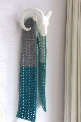 Koning winter is nu wel vertrokken dus de dikke sjaals kunnen de kast in. En de lente-sjaals mogen weer te voorschijn worden getoverd of wor...