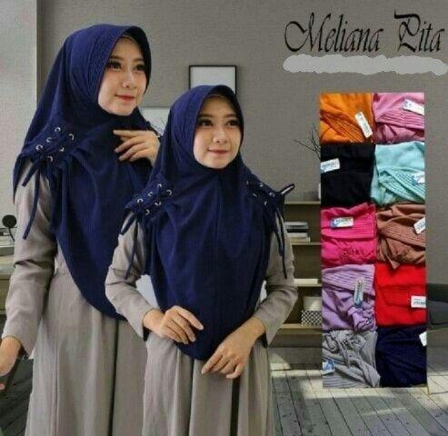Jilbab Instan Meliana Pita Ring with pad, Jilbab Instan Pad Antem dengan hiasan kepang Ring pada bagian kedua pundak yang dapat ditarik sesuai selera kepanjangan jilbab.