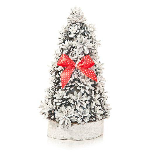 Unikalne dekoracje świąteczne utrzymane w kolorystyce śnieżnej bieli z czerwonymi akcentami. Filcowe wycinanki, czerwone Rudolfy i oszronione szyszki.