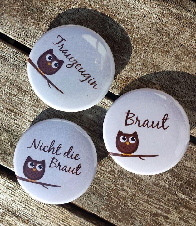 XXL-Button-Set für einen Junggesellinnen-Abschied...  ♦ Für die Braut gibt es natürlich einen Button, für die Trauzeugin, und für 9 weitere Begleitungen :). Alle Buttons sind im Format 37...