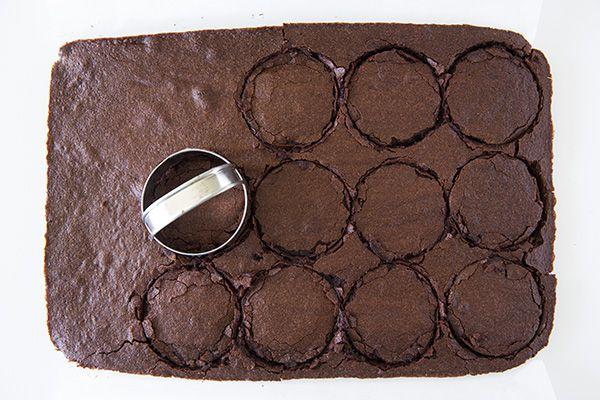 Verwenden Sie Ausstechformen, um lustige Formen aus hausgemachten Brownies und Kuchen zu schneiden. Easy wa …