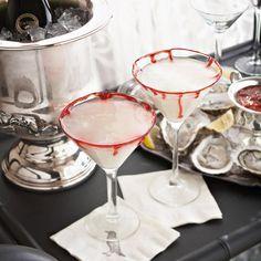 Martini met bloederig randje: Ingrediënten voor 4-6 cocktails: – rood suikerglazuur voor decoratie – 3/4 kop light room – 1/2 kop rum met kokossmaak – 1/4 kop (vanille) wodka – 1/4 kop kokosroom – ijsblokken