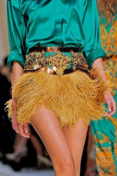 Falda de plumas.