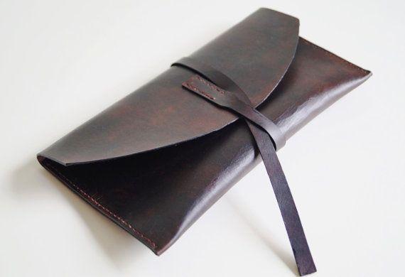 Une enveloppe de cuir très agréable / sac à main dembrayage. 100 % fait main dans ma petite maison-studio à laide de grand cuir tanné végétal.  Il est teint en brun foncé et jai appliqué quelques finition antique pour accentuer le modèle en cuir naturel. Les bords sont faits gentiment - enduits et polis. Lélément est cousu à la main avec fil de lin fort, qui je cire soigneusement pour une durabilité accrue. Un article comme ça est fait avec une grande attention aux détails et après avoir...