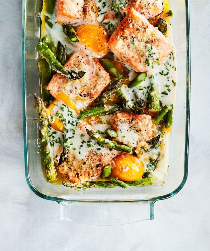 Kananmunat, lohi ja parsanpalat kypsyvät kaikki kätevästi samassa vuoassa.