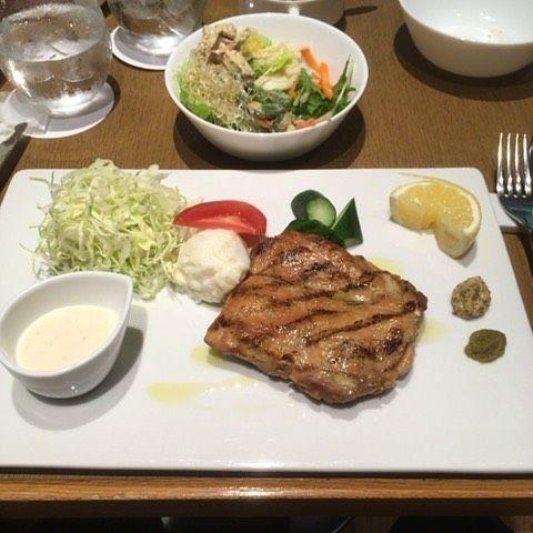 #渋谷 #東急 レイ #ホテル の #レストラン #ハシュハシュ で #ランチ したときの写真🍴 . #サラダバー  #スープバー #パン or #ライス #ドリンク がついて、メインを選ぶ構成で、1,350円💰 写真はメインの #鶏肉の #グリル 🍖 #柚子胡椒 をつけて食べると美味しさが更にアップしました✨ . #食べ物 #食べ物日記 #食べ物記録 #食べ物ばかり #肉 #タンパク質 #美味しいもの #食べたい けど #痩せたい #ダイエット しなきゃ