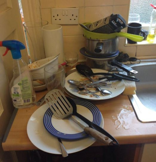 Wenn du nie im Leben gedacht hättest, dass dich fünf schmutzige Teller so wütend machen können. | 17 Momente, die nur Leute mit Mitbewohnern verstehen