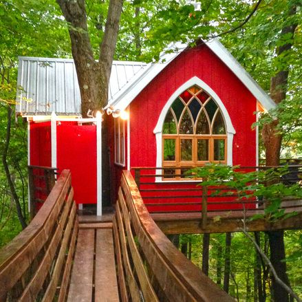 The Mohican Cabins and Treehouses - The Brew Haus Treehouse *1 bedroom (1 queen bed) + loft (2 queen beds) 1 full bath *Sleeps up to 4 guests
