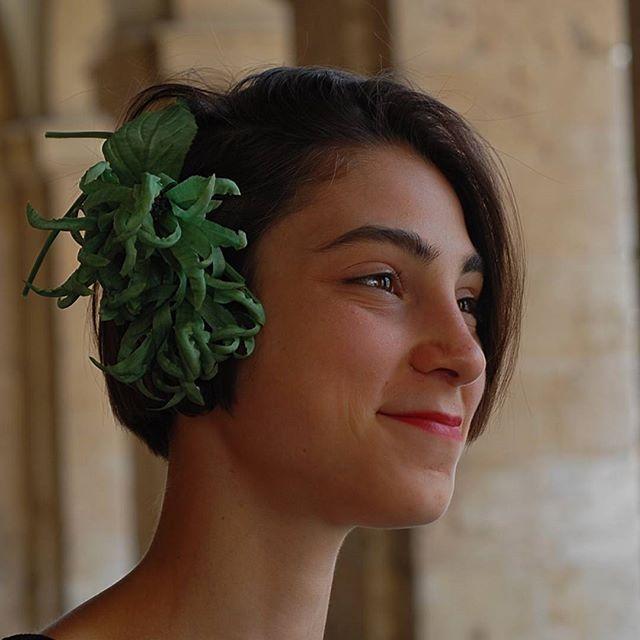 """La mia """"modella"""" preferita con fiore di seta verde tutto costruito a mano... che lavoro! #livorno #hatsummer #Toscana #tuscany #viaggio #hat #cloche#moda #ragazza #amicizia #estate #fiore #seta # acconciature #instaitalia"""
