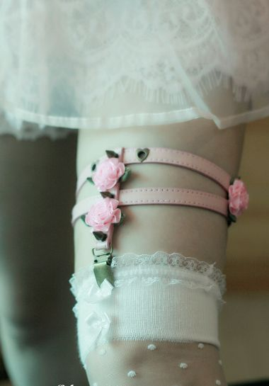 Leg garter with roses and spikes. Available in 3 colours - black, pink and blue. Size: 36 - 45 cm