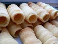 Kremrole ze šlěhačky 400g hladké mouky  250g másla (případně půl na půl máslo a Heru) 200 ml smetany na šlehání  1 rovnou lžíci octa   špetku soli