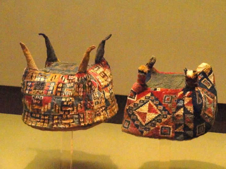File:Hats, camelid fiber, Wari style, Peru - South American objects in the American Museum of Natural History - DSC06119.JPG