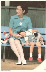 美智子皇后陛下 as 皇太子継宮明仁親王妃美智子(つぐのみやあきひとしんのうひみちこ)殿下時代 with 紀宮清子内親王(のりのみやさやこないしんのう)殿下(当時) Crown Princess Michiko and Princess Sayako
