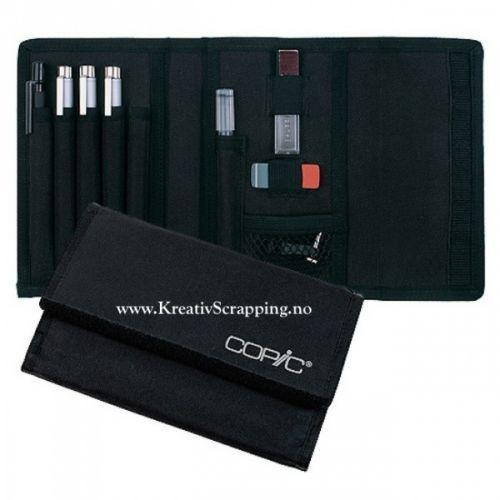 COPIC - MULTILINER SP COLLEGE SET A Mappe med 3 stkCOPIC MultiLiner SP pens - 0.25mm, 0.35mm & 0.5mm.1 stkCOPIC MultiLiner SP ink refill, 1 stk automatisk trykkblyant med refill.Viskelær og adapter. Copic Multiliner SPer en høy kvalitets vann- og Copicfast penn med pigmentert blekk, så du kan fargelegge rett oppå med dine Copic etterpå uten at blekket blir dratt ut.  A hard-wearing wallet with velcro closures, containing:Three COPIC MultiLiner SP pens - 0.25mm, 0.35mm a...
