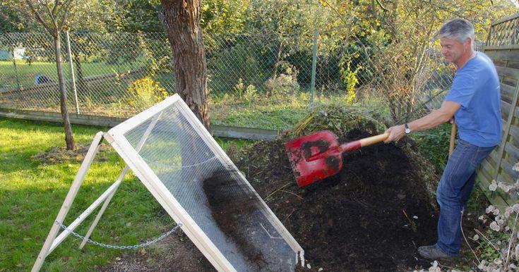 Jeder Gärtner weiß guten Kompost zu schätzen. Vor dem Ausbringen des Naturdüngers werden feines und grobes Material voneinander getrennt. Wie Sie das dafür notwendige Durchwurfsieb ganz leicht selbst bauen, zeigen Ihnen die Redakteure Karina Nennstiel und Dieke van Dieken.