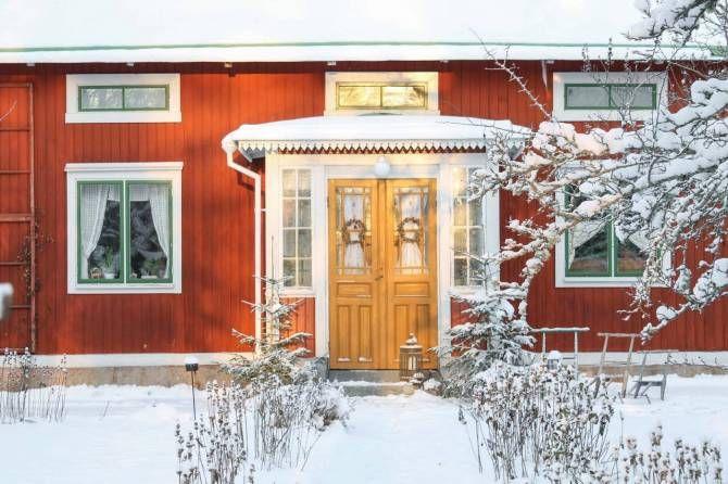 Högbo i Lågbo. Foto: Erika Åberg #gamla #hus #trädgårdar #rödfärg #byggnadsvård #veranda #fönster #pardörrar #linoljefärg