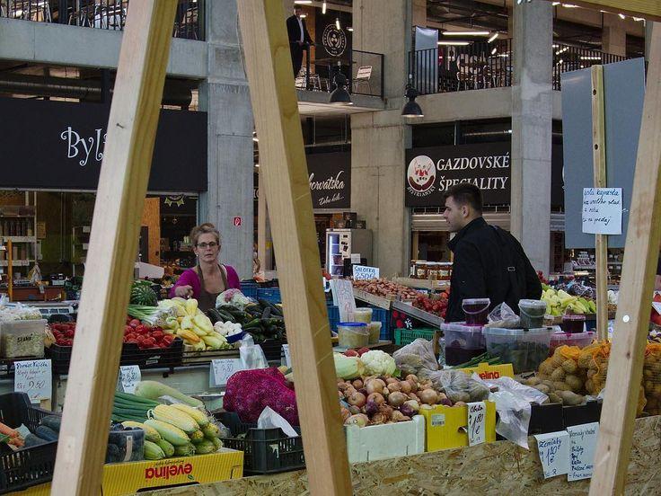 Browsing through the Fresh Market in #Bratislava  #Slovakia #foodmall #markethall #freshfood #veggies #fruit #trader #farmersmarket #marché #marchand #shopping #shoppingoffline #streetphotography #Slowakei #markthalle #bonappetit