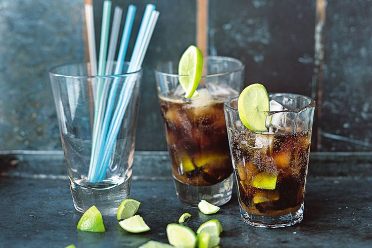 Café Libre Für 1 Glas · 5 Min. Zubereitung · Ca. 225 kcal ½ Bio-Limette · 1 EL brauner Zucker · 4 cl weißer Rum   30 ml abgekühlter Espresso · 5-6 Eiswürfel ·100 ml Cola-Getränk · 1 Bio-Limettenscheibe (nach Belieben) 1. Die Limette heiß waschen und abtrocknen. In Stücke schneiden und in einem Longdrink-Glas (oder Mojito-Glas) mit dem Barstößel zerdrücken. 2. Den Zucker hinzufügen und Rum und Espresso dazugießen. Das Glas mit den Eiswürfeln füllen, mit Cola auffüllen und nach Belieben noch…