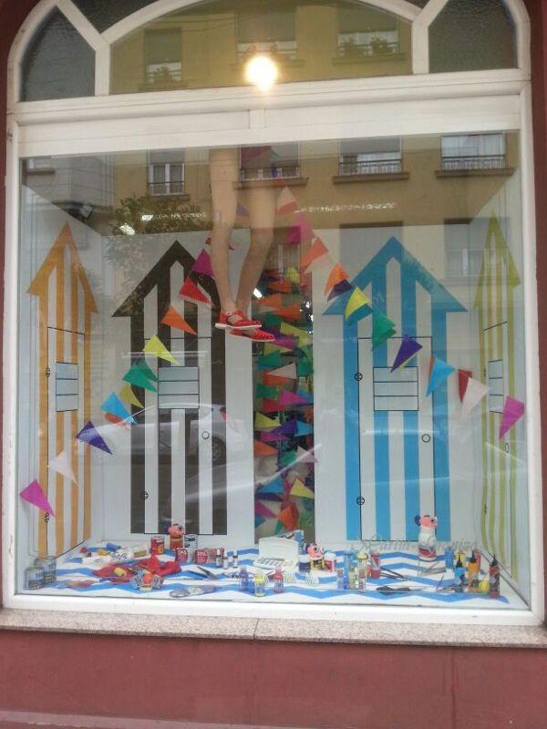decoracion escaparates aparadores ventanas tienda verano fiestas escaparates toalla de playa toallas