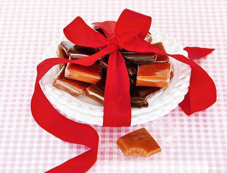 SmørkaramellerSøt klassiker som kan smaksettes med hakkede nøtter, kardemomme, pepperkakekrydder eller revet sitronskall. Smakstilsetningen has i etter kokingen.