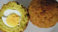 Echte Groningse eierballen | WTF.nl  DIT HEB JE NODIG VOOR VIER EIERBALLEN: - 50 gram boter - 60 gram bloem - Halve liter koude (kippen)bouillon - Peper, nootmuskaat en kerrie - 1 eetlepel peterselie - 4 hardgekookte eieren (gepeld) - 1 losgeklopt ei - Paneermeel EN ZO DOE JE HET:  - Verwarm je frituurpan voor op 175 graden.  - Smelt wat boter in een pannetje, voeg de bloem toe en roer totdat het een dikke bal wordt.  - Laat de bal een paar minuten garen op laag voor, terwijl je roert. ....