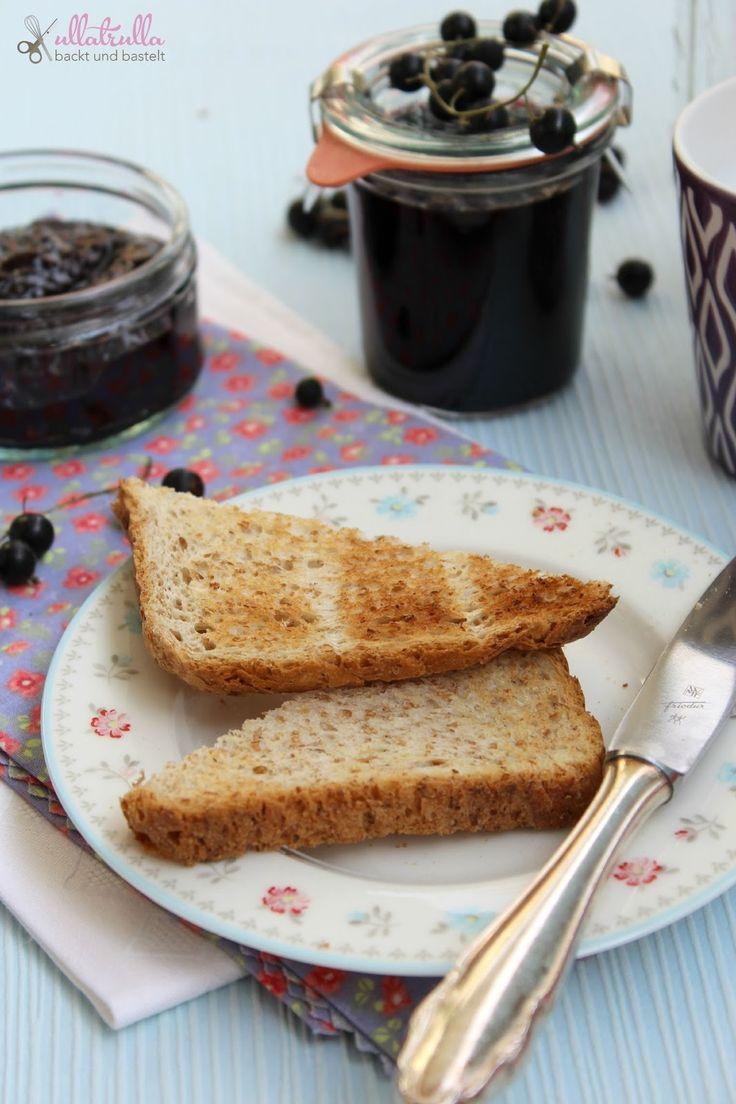 Hier findet ihr ein Rezept für schwarze Johannisbeer-Marmelade.