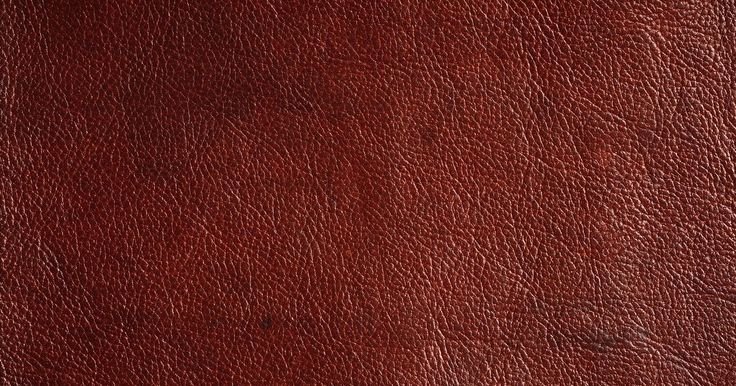 Como fazer a textura de couro em paredes. Usar técnicas de pintura para conseguir uma textura de couro nas paredes cria um visual clássico e elegante, ideal para qualquer ambiente da casa. Apesar de a técnica em si ser bastante simples, esse é um processo demorado. Por causa disso, separe vários dias a fim de completar a nova decoração em sua parede. Combine um acabamento de couro falso ...