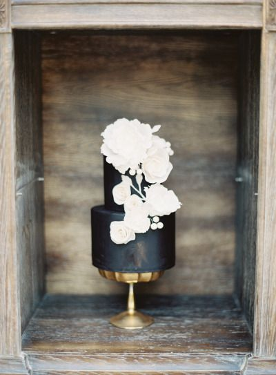 Black cake with bold white flowers | Photography: Kurt Boomer - http://www.kurtboomer.com/:
