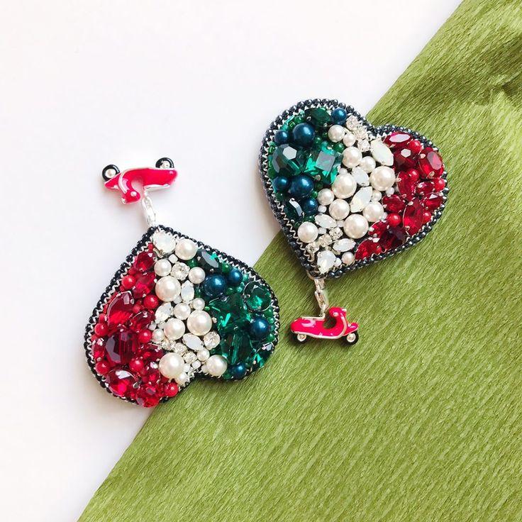 Немного Италии вам в ленту 🇮🇹 броши из жемчуга и кристаллов #swarovski были выполнены на заказ, остался еще одна свободная Vespa ❣️так что можно повторить) не забывайте листать галерею ❤️ #Italy #vespa #italy🇮🇹 #italybrooch #vespa🇮🇹 #италия #брошь #embroiderybrooch #веспа UPD: свободный мопед уже рарезервирован 🙌🏼