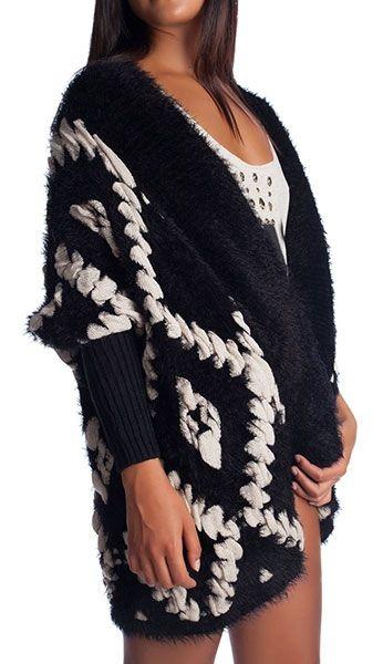 Blijf lekker warm en hip tijdens deze koude dagen! Zwart vest gemaakt van een zachte pluizige garen. Achterkant iets langer dan de voorkant. Geribde manchetten.
