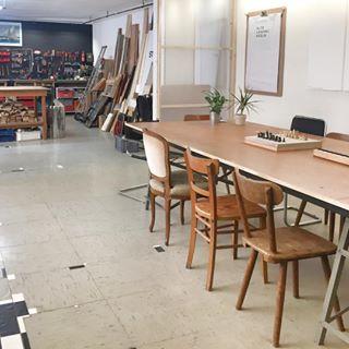 Megacoole Location in Köln Ehrenfeld - die Alte Lederei! Den Raum kann man mieten und es werden tolle Workshops angeboten, am Wochenende gibt es zum Beispiel einen DIY Workshop mit Glasflaschen. Mehr in meinen Stories! ______________ #köln #liebedeinestadt #cologne #thisiscologne #ehrenfeld #altelederei #diy #workshop #meetingraum #365koeln #urbancgn