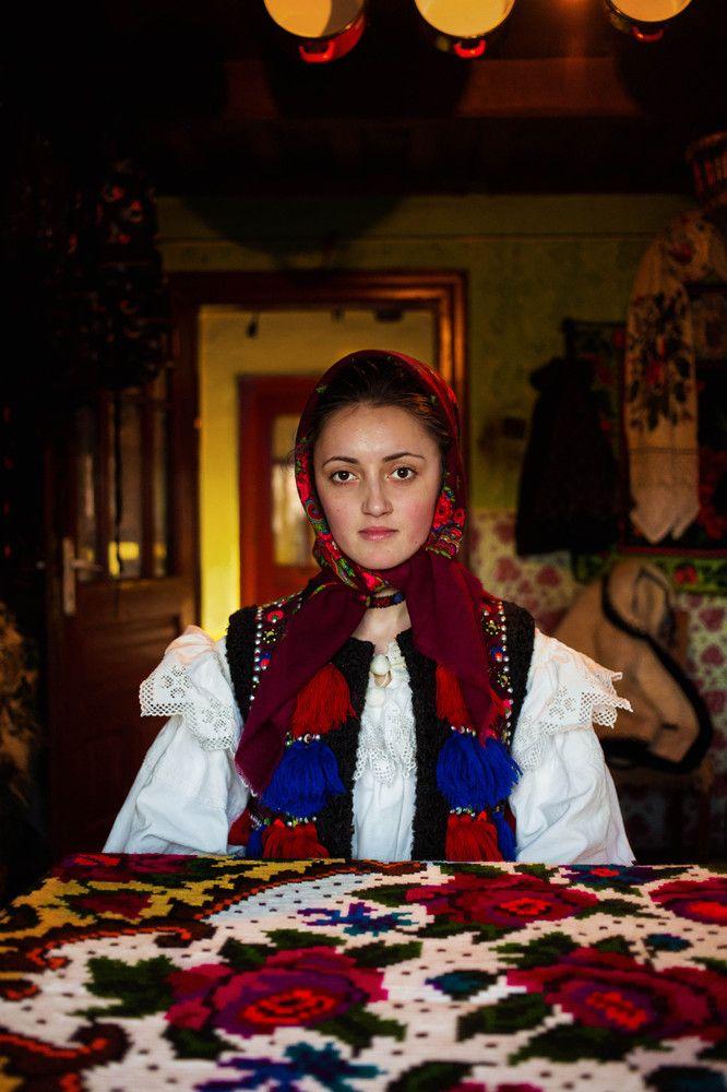 「美のアトラス(地図帳)」 ルーマニア北部、マラムレシュ県の女性 世界中の女性の色々な美しさ