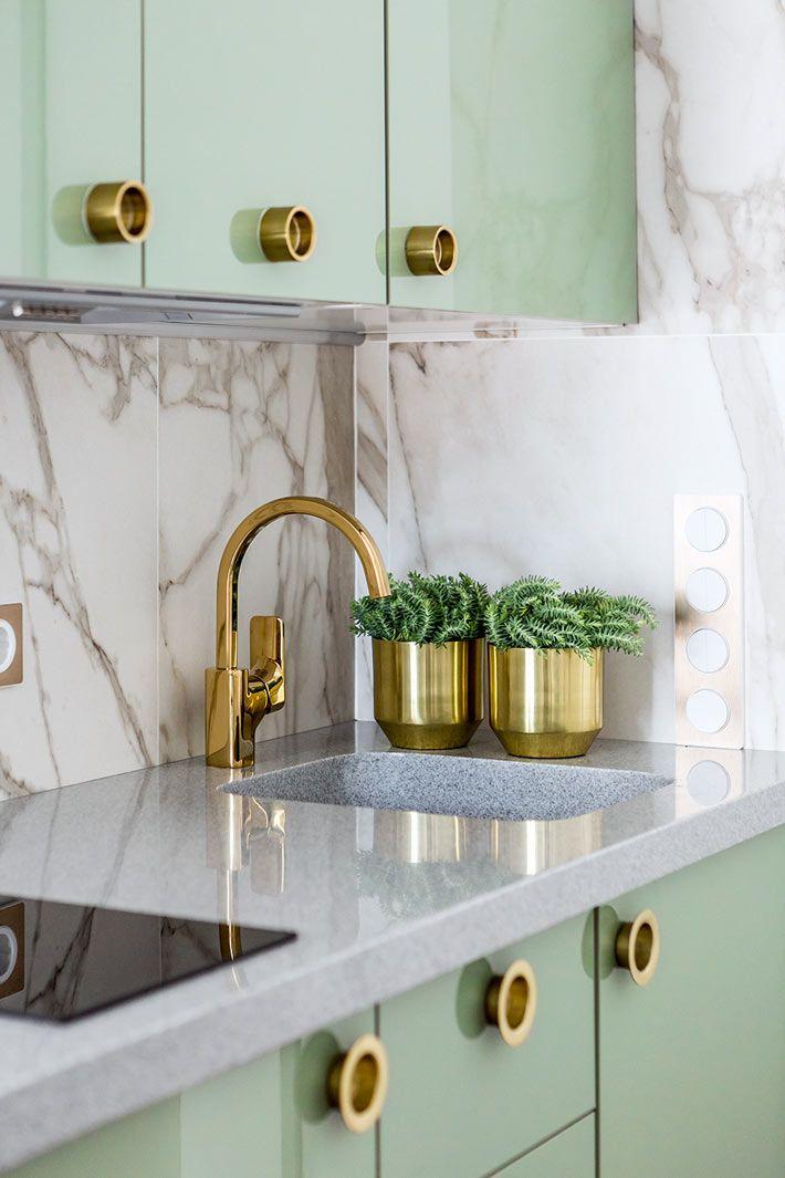 Кухонная мебель с фисташковыми глянцевыми фасадами