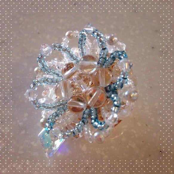 もしもエルサがつけるなら^^アナ雪エルサの帯留めです♪水晶はさざれ、ラウンド、カットの三種類使用し、氷を表現しました。雪の表現は純白の淡水パール。スワロフスキ...|ハンドメイド、手作り、手仕事品の通販・販売・購入ならCreema。