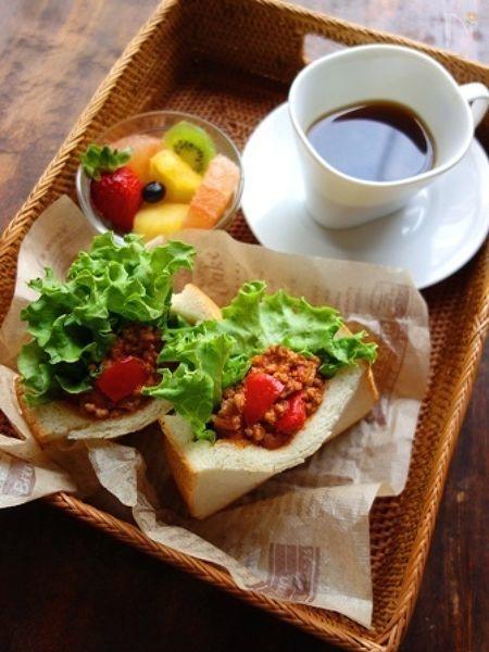 たっぷりレタスにスパイシーなチリコンカンがぎっしり詰まった、タコス風サンドイッチ。具がこぼれないポケットサンドで簡単に♪
