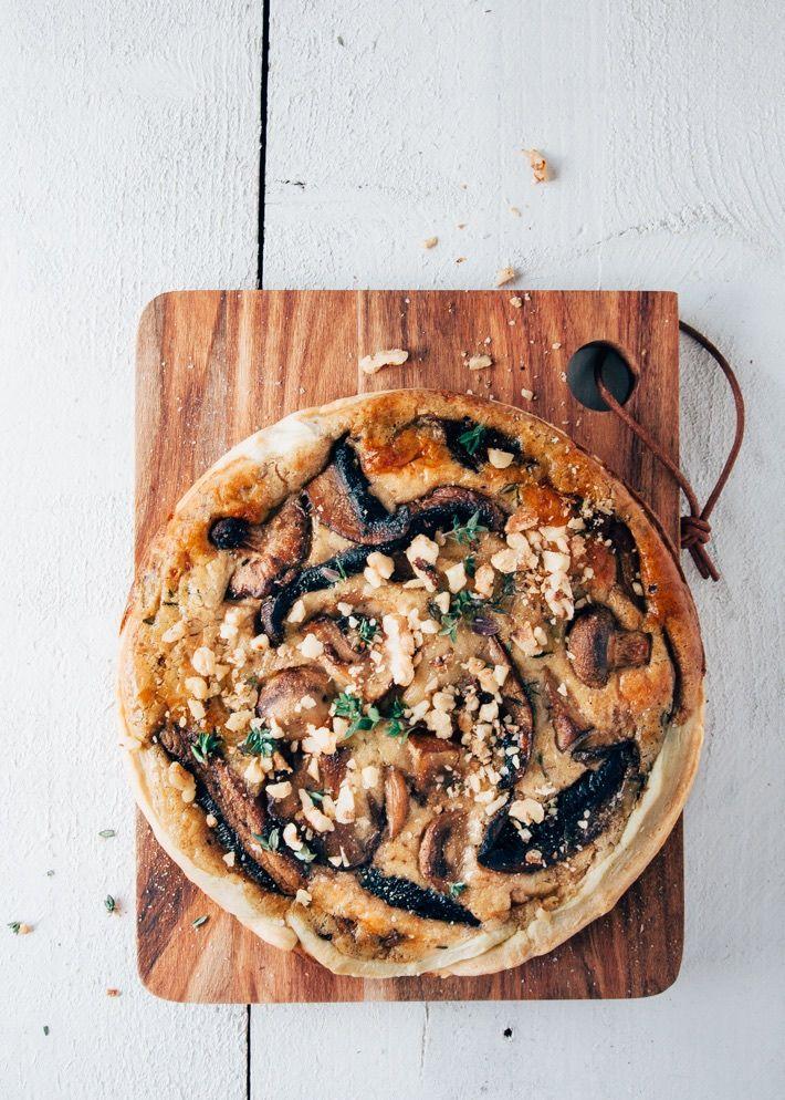 Heerlijk recept voor een romige vegetarische quiche met paddestoelen, room, kaas en walnoten. Lekker hoofdgerecht of in stukjes als hapje voor een feestje. #mushroompie