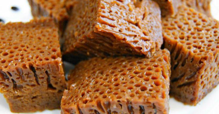 Baba neagră este o adevărată capodoperă a bucătăriei moldovenești. Acest desert este preparat în timpul sărbătorilor mari (nunți, botezuri) și se servește pe un platou mare, alături de baba albă pregătită din tăieței de casă (fiind tăiate cubulețe). Se prepară în porții mari, deoarece sărbătorile moldovenești presupun adunarea generală a tuturor rudelor și prietenilor… Babele albă și neagră se completează una pe alta, simbolizând unitatea contrariilor, femeia și bărbatul. Această rețetă este…