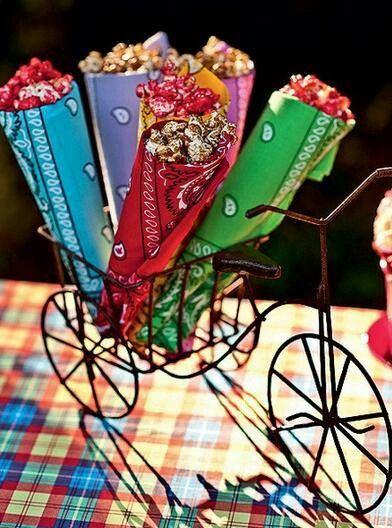 Doce em cones feitos com bandanas! Sua Festa Junina vai ficar um charme :)
