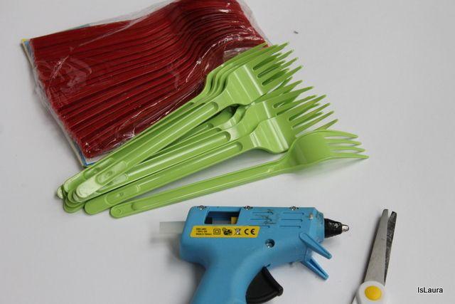 Occorrente come fare fiore con cucchiai e forchette di plastica