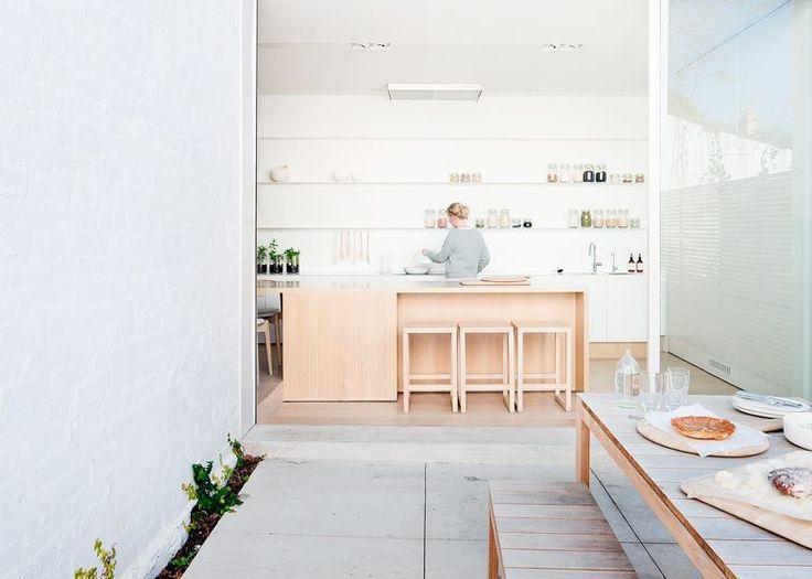 純白簡約,淺木色北歐 位於墨爾本的住宅案是個維多利亞式的獨棟式建築Alfred Street Residence VIC,由Studio Four建築設計事務所規劃,獲得2015 Australian Interior Design Awards 的肯定。原本的住家前半部是個以收納和臥室為主的建築,強調的是每個家庭成員在屋內空間的私密需求滿足,在新的屋主購買遷入後,想要重新檢討空間的運用關係,希望能夠儘量維持既有格局和結構下,以著眼於「開放性」和「成員聯繫關係」的前提,去規劃後半部偏向公共領域的空間。 室內部分以北歐風格的大地色系為主,用大量留白的方式讓空間產生純白簡約的整體印象,並挑選淺色系的木材質來搭配,呈現溫潤且具現代感的居家氛圍。在機能方面,廚房區域刻意選用美國橡木來製作中島式長桌,周圍的廚具則以純白櫥櫃和壁面架來收納或展示生活器具,用略有高地差的方式和外部客廳生活區域產生區隔,也讓餐廚空間變成另一種室內風景。由於屋主擁有大量的家族圖書,設計者在客廳區域裡設置了挑高大面積的書架,並且設置了適合閱讀的原木座椅陳設,讓全家人有更多相聚分享的時刻。 via…