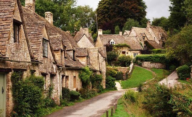 Bibury, Inghilterra. La strada più fotografata di Bibury è Arlington Row, con le sue case di roccia del 1600