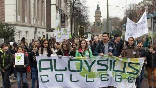 Honderden leerlingen roepen wethouder naar buiten - AD.nl