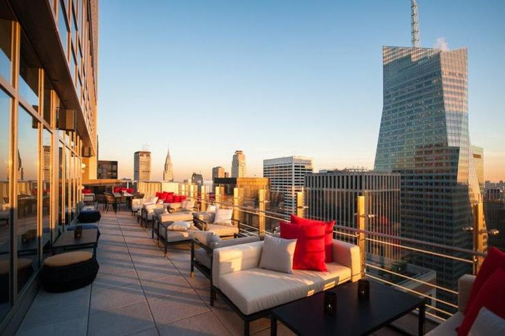 L'ouverture d'un Hyatt flambant neuf au cœur du quartier de Times Square a été l'un des évènements dans le monde de l'hôtellerie new-yorkaise en 2013. Direction le 54ème et dernier étage pour atteindre l'un des rooftops les plus hauts de la ville. Vues vertigineuses garanties pour ce bar très touristique mais qui n'en reste pas moins réussi avec ces cocktails créatifs, ses salons colorés et sa vaste terrasse extérieure.