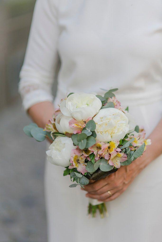 Brautstrauss Standesamt Hochzeit Mit Pfingstrosen Und Eukalyptus Blumenstrauss Hochzeit Standesamtliche Hochzeit Hochzeitsbrautstrauss