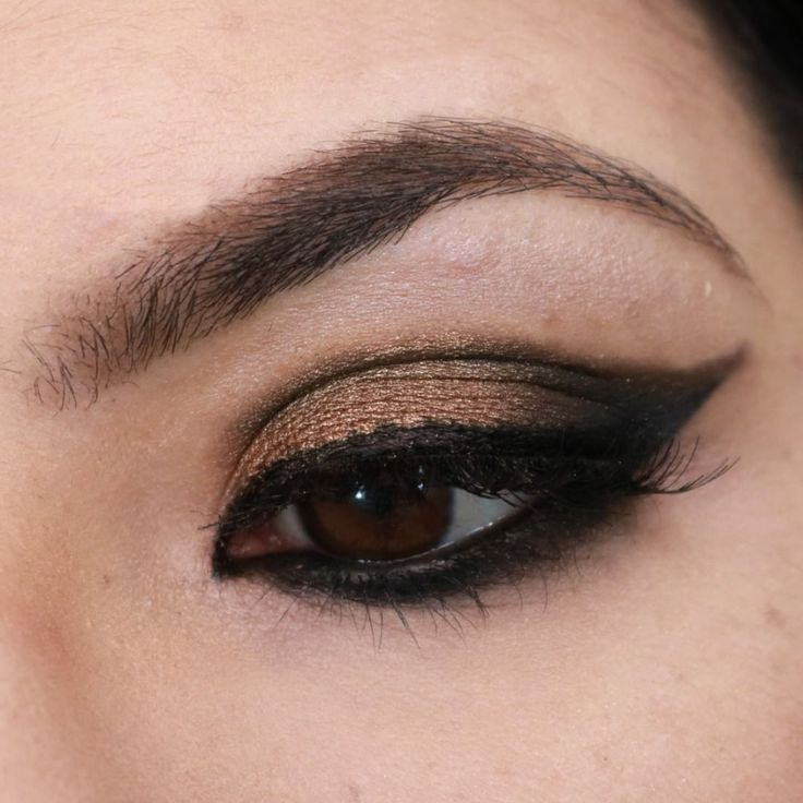 Gold and black makeup using Glamourous and Classic Eyeshadow.