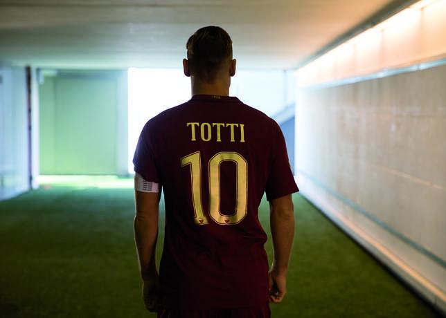 FOTO - Roma, presentata la maglia ufficiale per il Derby - http://www.contra-ataque.it/2016/11/25/roma-maglia-derby-totti.html