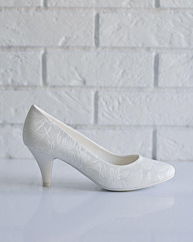 Свадебные туфли: C738-D641 - http://vbelom.ru/catalog/svadebnye-tufli-c738-d641/ Бесподобные свадебные туфли на низком каблуке.  Классические туфли-лодочки. Невысокий каблук и закругленный мыс обеспечат комфорт в каждом шаге. «Цветочное» тиснение придает туфлям праздничный вид.