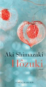 Aki Shimazaki - Hozuki. - Une femme élève son fils muet et métis. Elle vit une double vie : libraire une partie de la semaine et hôtesse dans un bar le vendredi. Petit livre, très court, et très agréable à lire.
