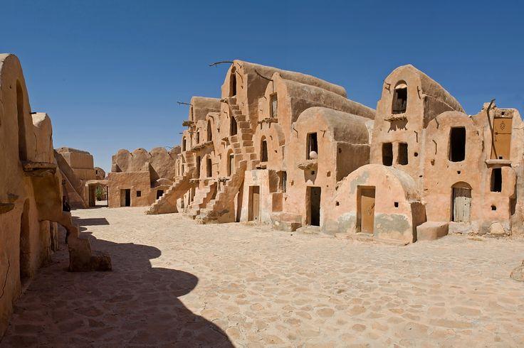 Tataouine bevindt zich ten zuiden van Medenine en het is een kleine stad met nog prachtig bewaarde ksar. 'Ksour' is het meervoud van 'ksar' en dat is een traditionele lemen en stenen constructie van de Berbers die gebruikt werden als forten, huizen en gezamenlijke graanschuren.